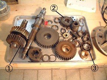取り外しオイルで洗い終わった部品類です。 ①と②のギヤは摩耗しているので交換します。 ③のベアリングも交換します。