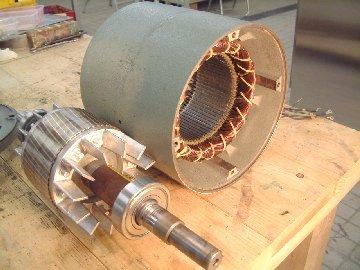 分解洗浄後のモーター。左はベアリング交換後の内部コアです。